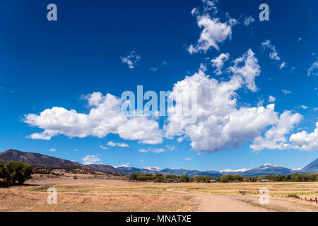 Puffy nuages blancs sur un ciel bleu azur clair; Vandaveer Ranch; Salida, Colorado, USA Banque D'Images
