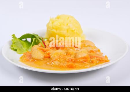 Les haricots avec les carottes et les pommes de terre sur un fond blanc Banque D'Images