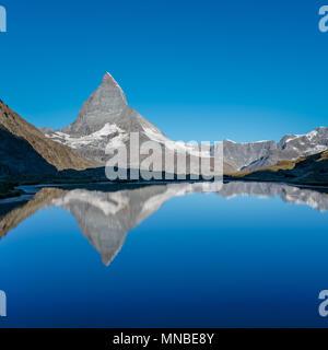 Vue sur Matterhorn reflète dans le lac, près de Riffelsee Zermatt, Suisse. Banque D'Images