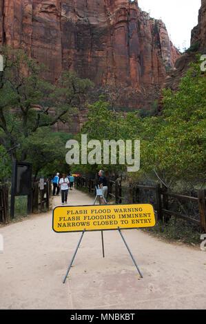 Panneau d'avertissement de crue, Zion National Park, Utah, USA. Banque D'Images