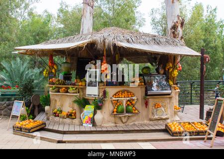 Une piscine en plein air bar vendant des fruits ou jus de fruits et légumes pressés des boissons au baptême Yardenit Centre sur la rivière Jordanie en Israël Banque D'Images