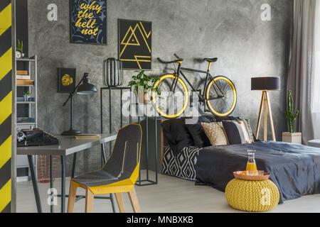 Télévision gris avec chambre et bureau associé Banque D'Images