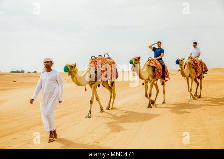 L'homme arabe chameaux marche pour les touristes Banque D'Images