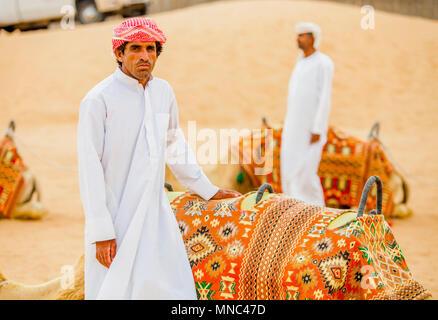 L'homme arabe près de chameaux dans le désert Banque D'Images