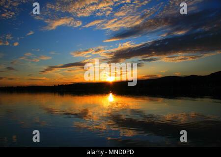 Un très beaux moments. Le ciel se reflète sur l'eau. Double coucher de soleil, magneficient. Banque D'Images