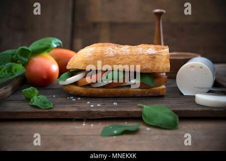 Le ciabatta au basilic, vinaigre balsamique, tomates et mozzarella vegan Banque D'Images
