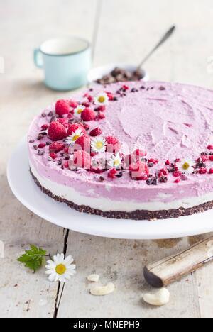 Cheesecake cru avec une crème de framboise et de noix de cajou Banque D'Images