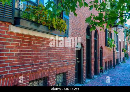 L'architecture de style fédéral brique la brique ligne étroit trottoir à Boston, Massachusetts, quartier historique de Beacon Hill.