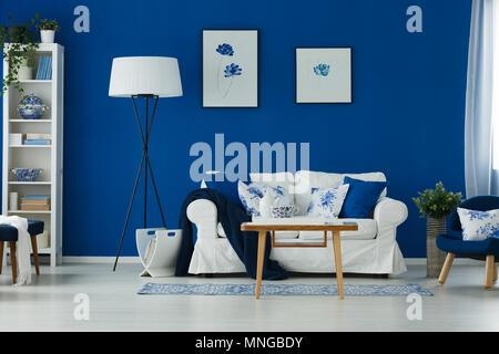 Bleu et blanc élégant salon avec canapé, table et lampe