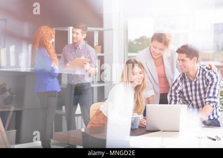 Les gens d'affaires avec ordinateur portable travaillant dans la société moderne