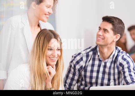 Attitude positive avec l'équipe travaillant en petite entreprise