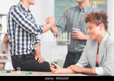 Creative businesswoman la préparation de projet, deux travailleurs en arrière-plan