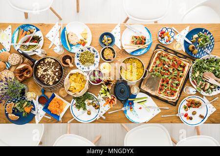 Bio et organique de l'hoummos, pommes de terre, de la salade sur la table de cuisine végétarienne Banque D'Images