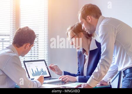 L'équipe de comptables rapport financier discussion avec des données graphique sur l'écran d'ordinateur dans l'office, consulter les gens d'examiner la stratégie d'entreprise et d'affaires Banque D'Images