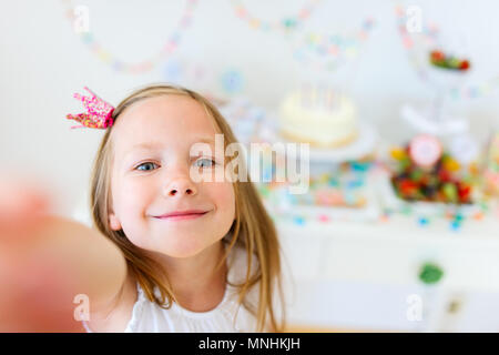 Adorable petite fille princesse avec couronne à kids Birthday party décisions selfies
