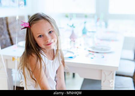 Adorable petite fille princesse avec couronne à kids Birthday party