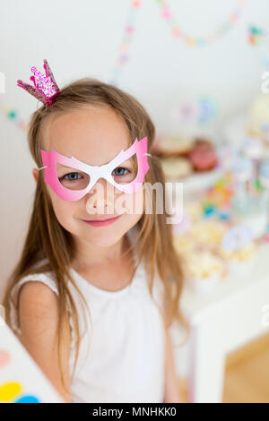 Adorable petite fille princesse avec couronne à kids Birthday party Banque D'Images