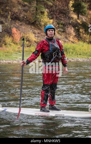 Homme debout sur le stand-up paddleboard sur Snake River et à la caméra, à Jackson, Wyoming, USA Banque D'Images