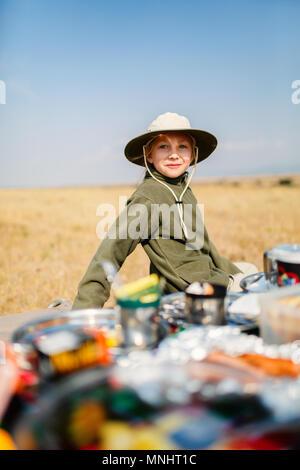 Adorable petite fille en Kenya safari bénéficiant d''un petit-déjeuner bush Banque D'Images
