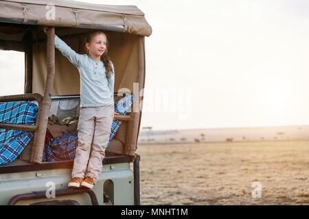 Adorable petite fille au Kenya safari sur commande de jeu de matin en véhicule ouvert Banque D'Images