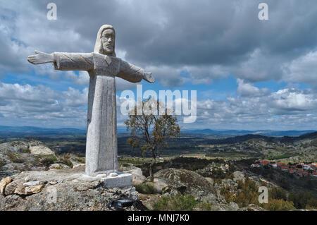 Statue du Christ dans les montagnes de Monsanto. Castelo Branco, Portugal Banque D'Images