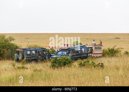 Commande de jeu Safari dans la savane dans le Masai Mara, Kenya