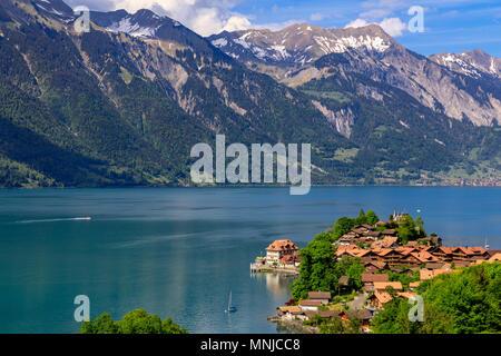 Le lac de Brienz avec le village Iseltwald, Oberland Bernois, Suisse Banque D'Images