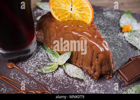 Dessert au chocolat avec des copeaux d'orange sur un fond de bois Banque D'Images