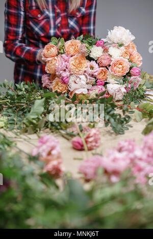 Fleuriste femme. Atelier Floral - femme faire une belle composition de fleurs un bouquet. Concept fleuristerie Banque D'Images
