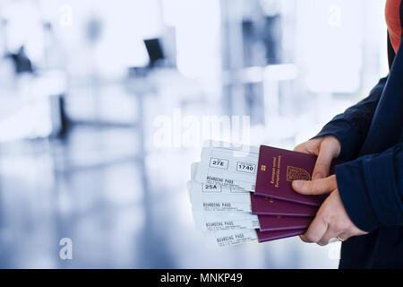Portrait de femme tenant les passeports et l'embarquement à l'aéroport de passeport Banque D'Images