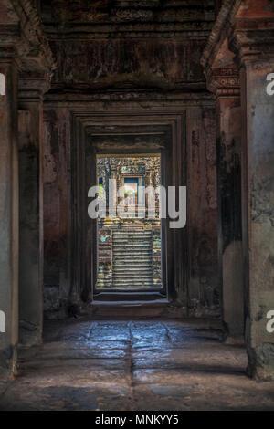 Vue à travers l'une des nombreuses portes menant à d'autres temples et des cours dans le complexe du temple d'Angkor Wat à Siem Reap, Cambodge. Banque D'Images