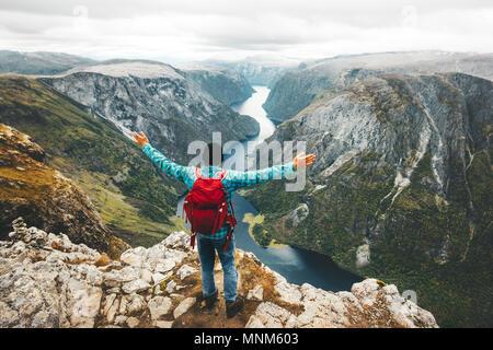 Homme heureux backpacker sur sommet de montagne en Norvège Voyage Voyage Vacances aventure vie active saine bien-être réussite ci-dessus Naeroyfjord FRV Banque D'Images