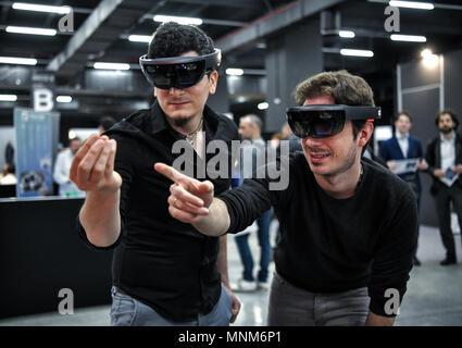 ... Milan, Italie - 17 mai 2018   Deux jeunes hommes portant des casques de  réalité 477f146ab00f