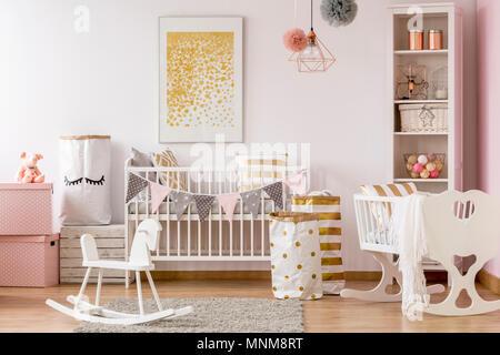 Scandi chambre bébé style blanc avec lit bébé, berceau, Cheval à bascule