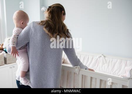 Mère avec bébé (18-23 mois) d'armes Banque D'Images