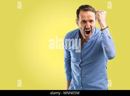 Beau moyen age homme irrité et en colère exprimer une émotion négative, ennuyé par quelqu'un Banque D'Images