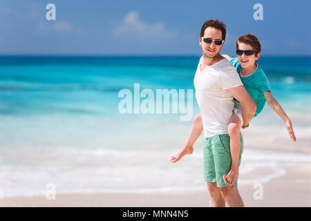 Portrait de l'heureux père et fils bénéficiant d'heure à beach Banque D'Images