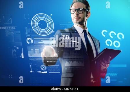Ingénieur en logiciel de toucher l'écran et se sentir intéressé Banque D'Images