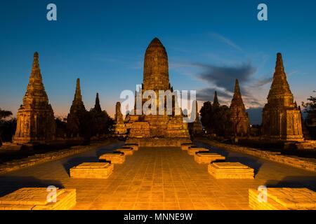 Temple Wat Chaiwatthanaram à Ayutthaya Province dans la nuit dans le parc historique d'Ayutthaya, Thaïlande. Banque D'Images