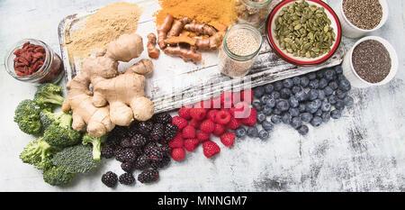 Divers L'air sur planche de bois blanc. Concept d'aliments sains Banque D'Images