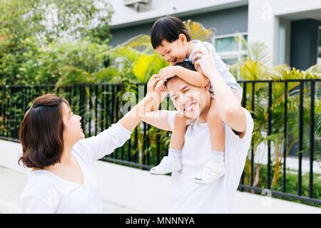Cute Asian père usurpation de son fils avec sa femme dans le parc. Famille excité de passer du temps ensemble avec bonheur Banque D'Images
