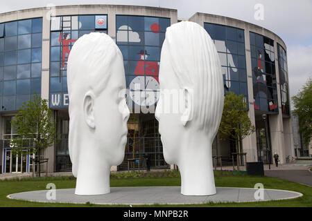 Leeuwarden et Frise (Pays-Bas), 18 mai 2018. La fontaine d'amour par l'artiste Jaume Plensa à Leeuwarden, aux Pays-Bas. La fontaine est l'un des onze dévoilé en mai 2018 l'ensemble de la Frise pour marquer le Leeuwarden et frise étant une capitale européenne de la Culture en 2018. Crédit: Stuart Forster/Alamy Live News Banque D'Images