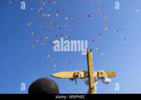 Fayette, Alabama, USA. 19 mai, 2018. À la fin de la Marche pour Jésus, les participants ont publié leurs ballons vers le ciel à la gloire du Seigneur Jésus Christ. L'événement a eu lieu le samedi 19 mai 2018 à Fayette, Alabama. Credit: Crédit: /ZUMA Wire/Alamy Live News Banque D'Images