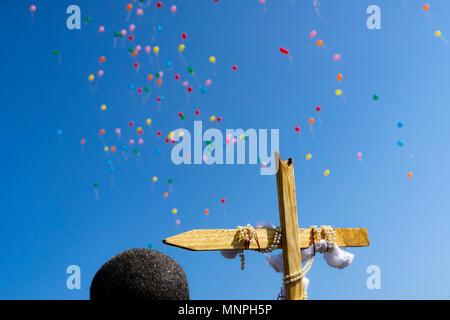 Fayette, New York, 19 mai 2018. À la fin de la Marche pour Jésus, les participants ont publié leurs ballons vers le ciel à la gloire du Seigneur Jésus Christ. L'événement a eu lieu le samedi 19 mai 2018 à Fayette, Alabama. Crédit: Tim Thompson/Alamy Live News Banque D'Images