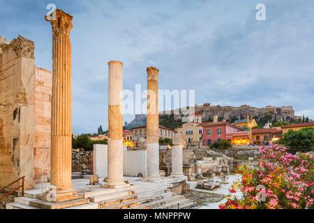Vestiges de bibliothèque d'Hadrien et de l'acropole de la vieille ville d'Athènes, Grèce. Banque D'Images