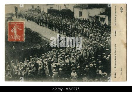 Vieux Français photo - carte postale avec timbre-poste: une colonne de prisonniers de guerre allemands dans les rues de la ville. La première guerre mondiale, 1914-1918, France.
