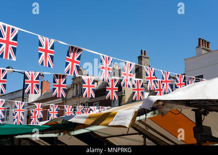 Image d'Isolés Union Jack Mariage Royal bunting vu suspendu dans un marché à l'extérieur pendant le jour de le Mariage Royal. Banque D'Images