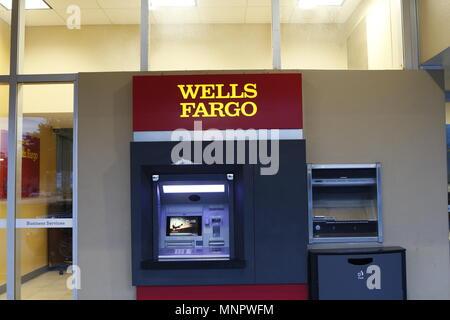 Un distributeur automatique de billets à l'entrée de la banque Wells Fargo. Banque D'Images