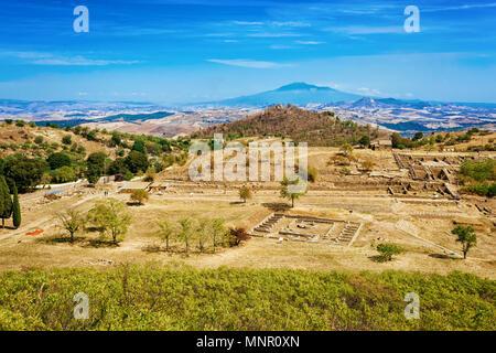 Théâtre grec avec d'autres ruines de la vieille ville de Morgantina site archéologique, Sicile, Italie Banque D'Images