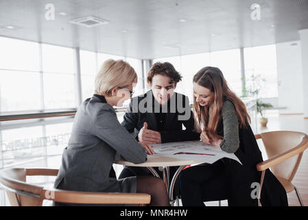 Démarrer une entreprise. Groupe de jeunes architectes au bureau. Travail d'équipe Banque D'Images